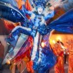 Stelzen Walk Act, Luftig, Luftkostüm, Blaues Kostüm, großes blaues Stelzenkostüm, Schmetterling, blauer Schmetterling, Wolke, Wind auf Stelzen